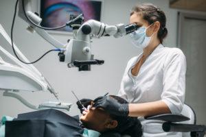 dentystya wykonujący zabieg leczenia kanałowego