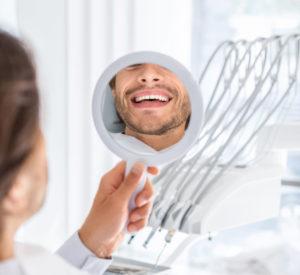 uśmiech mężczyzny w lustrze