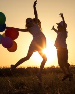 szczęśliwe dzieci z balonami